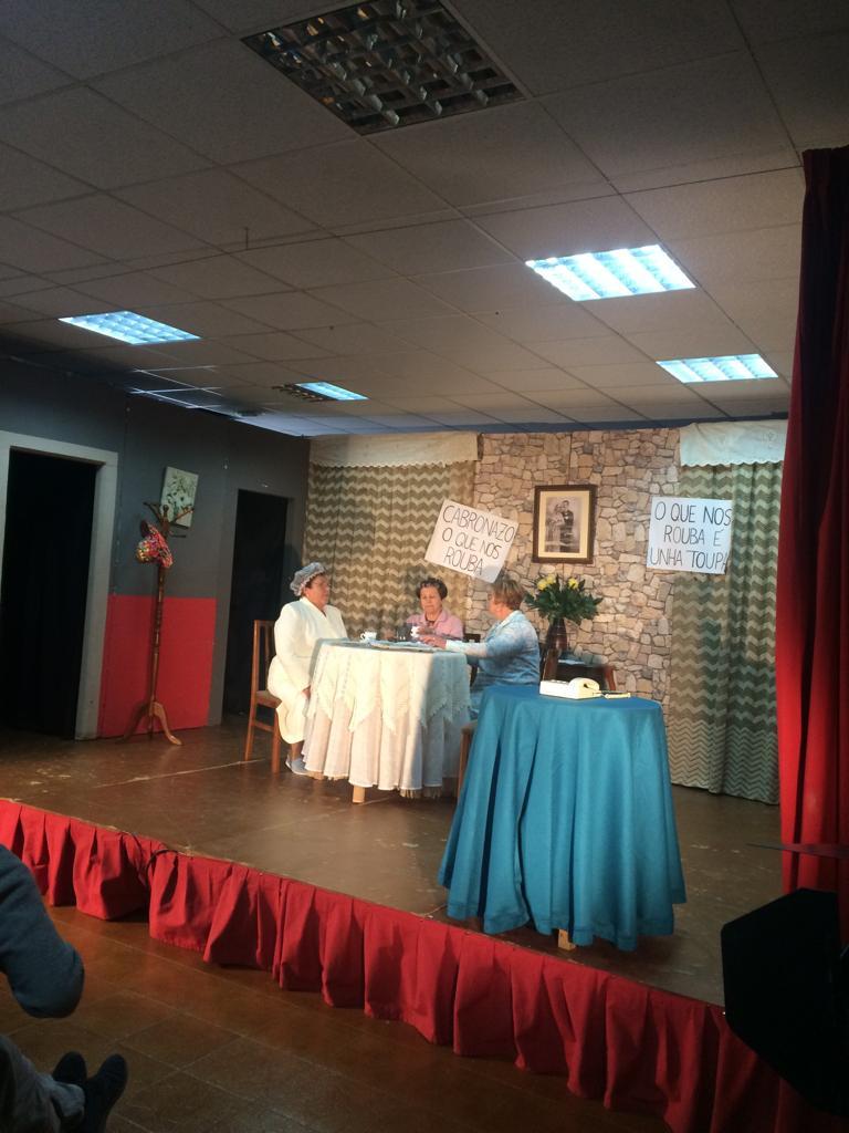Grupo de teatro do Centro Social de Vedra representando a obra